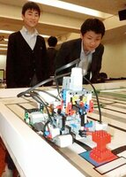 レゴブロックで製作したロボットを動かす東山中の生徒たち(京都市左京区)[LF]