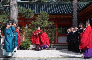 時代祭の本殿祭を前におはらいを受ける参列者ら(22日、京都市左京区・平安神宮)