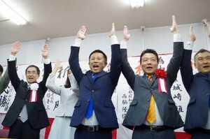 再選を果たし、万歳を繰り返す自民現職の中島さん(右から3人目)=京都府宮津市