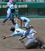 東海大相模-近江 6回表東海大相模2死二塁、本間(手前右)の中前適時打を本塁に返球した隙に、二塁への進塁を許す=甲子園