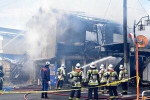 焼け跡から1人の遺体が発見されたアパート火災の現場(27日午後0時10分、滋賀県野洲市行畑2丁目)