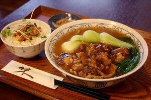 牛腩肉麺に豚肉のそぼろ丼(魯肉飯)が付くセット930円のほか、単品(734円)もある。