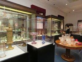 きらびやかなガラス製品のアンティークが並ぶ会場(長浜市元浜町・黒壁ガラス館)