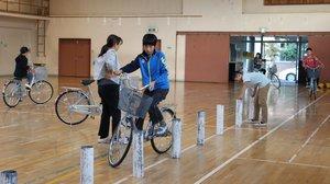 来年の京都府大会に向けて、自転車の安全な乗り方を練習する児童たち(亀岡市千代川町・千代川小)