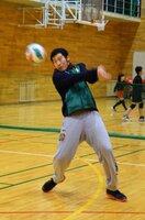 平日の夜、舞鶴市の地元チームで練習をする言上さん(同市浜・白糸中)