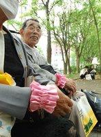 1997年に全国で初めて強制不妊手術の被害を名乗り出た飯塚さん(左)。仙台地裁での判決前、同じ被害者の東京都の男性が寄り添っていた=5月28日、仙台市
