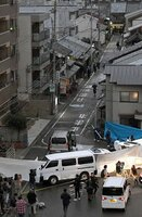 2人が死傷した現場付近を調べる捜査員ら(31日午後5時4分、京都市伏見区肥後町)