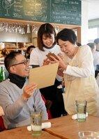 「注文をまちがえるリストランテ」で注文をとる晏子さん(右)。時間はかかるが穏やかな空気が流れる=京都市下京区・マールカフェ