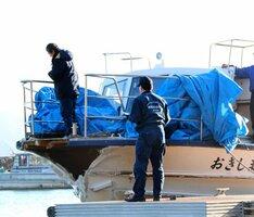 船首の破損状況などを調べる運輸安全委員会の調査官(30日午後3時28分、近江八幡市沖島町・沖島)