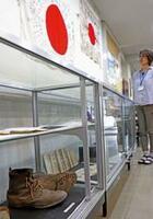 兵隊が履いた軍靴や日の丸の寄せ書きが目を引くロビー展(京都府亀岡市文化資料館)