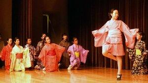 光秀の治める町の様子を、バレエの動きを取り入れた踊りで表現する子どもたち(亀岡市荒塚町・大本本部みろく会館)