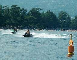 【資料写真】琵琶湖の水泳場と水上オートバイ(2006年撮影)