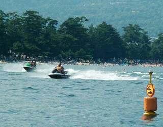 湖上で22歳女性なめる 水上オートバイに監禁容疑で逮捕