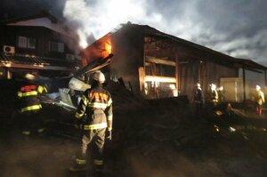 早朝の火災で、消火作業にあたる消防隊員ら(6日午前6時22分、長浜市西浅井町余)