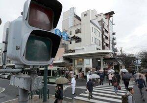 19日午後1時すぎ、京都市内で瞬間的な電圧低下が起き、10行政区の約26万520軒が影響を受けた。商業施設や駅などで停電が起き、繁華街の信号も消えたため警察官が交通整理にあたった(19日午後2時7分、京都市下京区四条通木屋町の交差点)