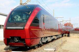 近畿日本鉄道が公開した新型特急「ひのとり」=19日、大阪府八尾市