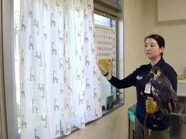 窓にカーテンを掛けた京都市動物園の窓(左京区)