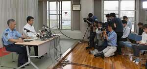 捜査本部の設置時に会見した京都府警の捜査幹部ら。事件から1カ月がたつ今も犠牲者全員の氏名は発表されていない(7月19日、京都府警伏見署)