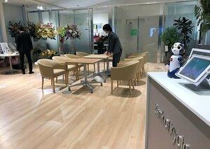 オープンした京都銀行の長浜支店。小型ロボットで受け付けるほか、ロビーにソファやテーブルを設置した(長浜市)