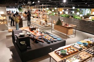 植物を原料とした独自ブランドの化粧品や工芸品の販売、ヘッドスパなどがある複合商業施設「グッドネイチャーステーション」の3階(京都市下京区)