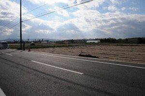 新市街地外周道路(手前)の西に広がるあらすいも畑などの農地=城陽市