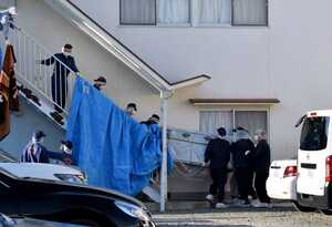 遺体を隠していたとみられる業務用冷蔵庫を運び出す捜査員ら(12日、京都府向日市上植野町薮ノ下)