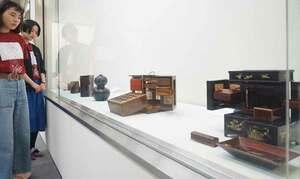 江戸時代から昭和時代にかけて使われていた行楽用弁当箱などが展示されている会場(京都市西京区・市立芸術大)