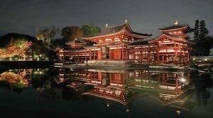 ライトアップで夜空と池に浮かび上がる平等院鳳凰堂(16日午後6時25分、宇治市)