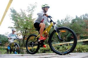 マウンテンバイクでコースを駆け抜ける児童たち(京都府和束町湯船・湯船マウンテンバイクランド)