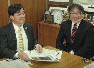 金栗について語る真田教授(左)と藤田教諭=京都市南区・鳥羽高