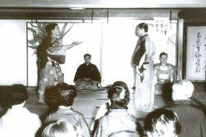 狂言「千鳥」の太郎冠者を演じるドナルド・キーンさん(左)。中央奥の後見は茂山千之丞さん=1956年9月、東京・喜多能楽堂[LF]