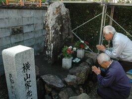 地元にある先祖の石碑に手を合わせる横山株の人たち(京都府福知山市堀・円浄寺)