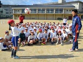 サッカーを通じて子どもたちの可能性を広げる「サンガつながり隊」の授業。写真右が福中コーチ(京田辺市宮津・三山木小)