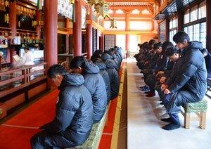今季の必勝祈願を行うサンガの選手やスタッフ(京都市東山区・八坂神社)