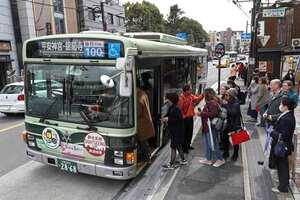 京都市バスには、外国人も含め、多くの観光客が乗車する。混雑緩和で「前乗り後降り」方式も導入されている(京都市東山区)