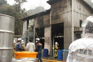 出火した薬品製造施設を消火する消防署員ら(31日午後1時20分、笠置町有市船頭)