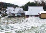 民家の屋根がうっすらと雪化粧した集落(6日午前8時50分、京都府宮津市上世屋)