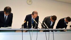 町職員の逮捕を受け、記者会見で謝罪する京都府精華町の木村町長(左から2人目)ら=町役場