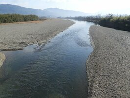 府が検討する保津川下りの延伸。新ルートには川幅が狭く、水深が浅い場所もある(亀岡市保津町・宇津根橋付近)