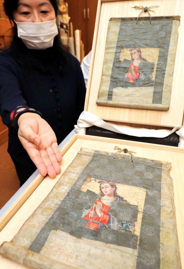 潜伏キリシタンが受け継ぎ、修復された「雪のサンタマリア」。上はローマ法王に贈られる複製品(京都市左京区・宇佐美修徳堂)