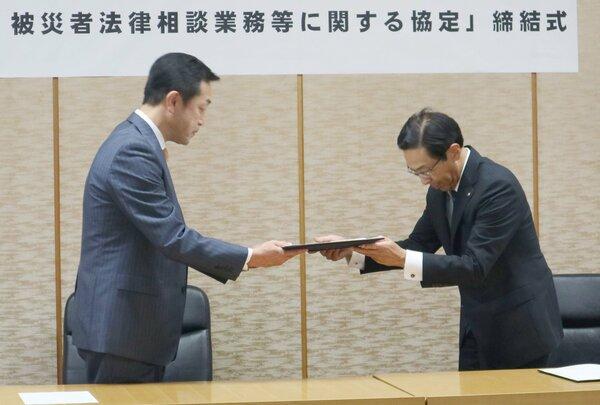 協定書を交換する京都弁護士会の三野会長(左)と西脇知事=京都市上京区・府庁