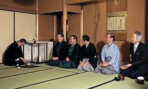 和やかに年始のあいさつを交わしながら、濃茶を練る千宗室家元(左)=午前9時19分、京都市上京区・裏千家今日庵