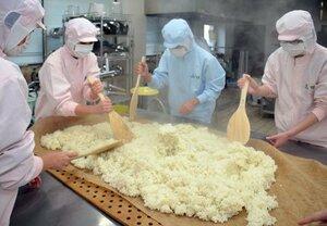 蒸した米をしゃもじでかき混ぜて冷ます2年生ら(京都府綾部市川糸町・綾部高東分校)