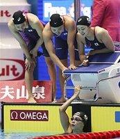 女子400メートルリレー決勝のレースを終えた大本選手(下)。池江璃花子選手が不在の中、4人は予選で日本新を出す意地を見せた=光州(共同)