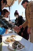 日本三景の3種の蒸しガキセットを買い求める来場者たち(宮津市浜町)[LF]