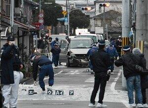 刺されて死亡した男性らが乗ってきた車。前部が破損している(31日午後4時35分、京都市伏見区肥後町)