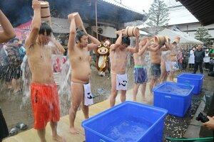 家族や参拝者が見守る中で水行に励む人たち(京都府綾部市寺町・正暦寺)