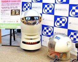 漫才を披露するロボット=大阪市中央区・大阪国際がんセンター