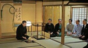 襲名後初めての初釜で、濃茶を練り列席者をもてなす十五代千宗左家元(左)=10日午前10時24分、京都市上京区・表千家不審菴