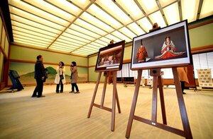 天皇、皇后両陛下の写真パネルなどが展示された京都迎賓館の夕映の間(24日午前10時35分、京都市上京区)